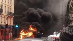 Les images impressionnantes d'un bus en feu en plein centre de