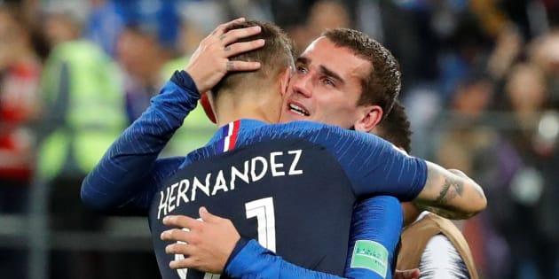 Antoine Griezmann  et Lucas Hernandez fête la victoire de la France face à la Belgique dans le match de demi-final de la Coupe du monde 2018.