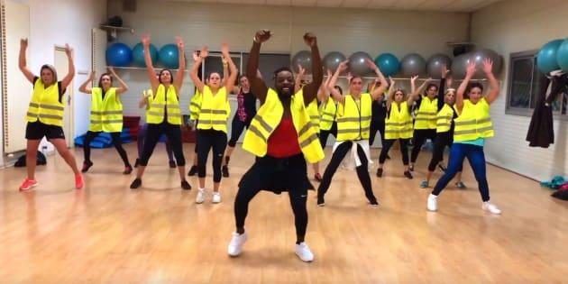 Franky Roy danse en compagnie de ses élèves habillés en gilet jaune, dans une vidéo publiée le 26 novembre 2018 sur Facebook.