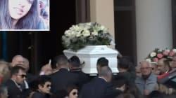 Cisterna di Latina dà l'addio a Desiree. Al funerale, palloncini rosa e bianchi. Gli striscioni chiedono