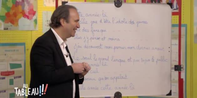 """Dans """"Au tableau"""", Xavier Niel essaye de chanter du Claude François."""