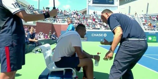 Quand l'arbitre vient au secours de Kyrgios en plein match — US Open