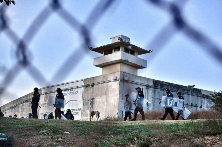 La policía participa en una operación afuera de una prisión en Acapulco, Guerrero, México, el 15 de diciembre de 2017.<br />