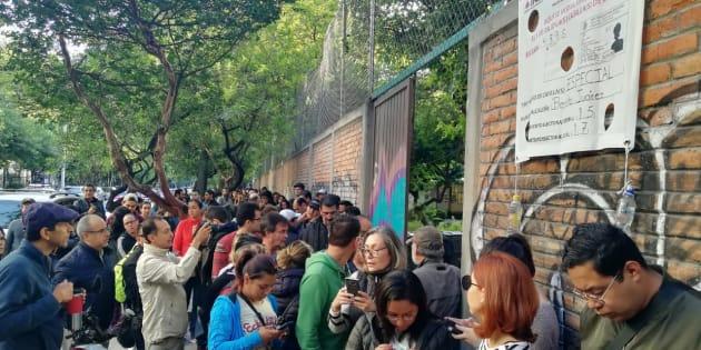 Más de 2 mil personas hacen fila para votar en la casilla especial de la delegación Benito Juárez, CDMX.