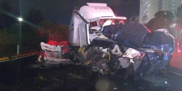 Un trailer embistió a varios vehículos en la autopista México-Toluca, a la altura del kilometro 15, hasta el momento se han confirmado 8 personas muertas y 20 heridos.