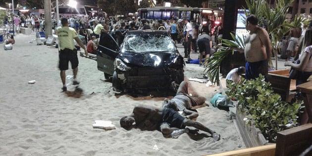 Personas heridas permanecen en el suelo tras el atropello en Copacabana, Río de Janeiro.
