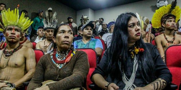 Em Brasília, indígenas exigem que Ministério da Saúde tome atitude sobre o caso. À direita, a advogada Fernanda Kaingang.