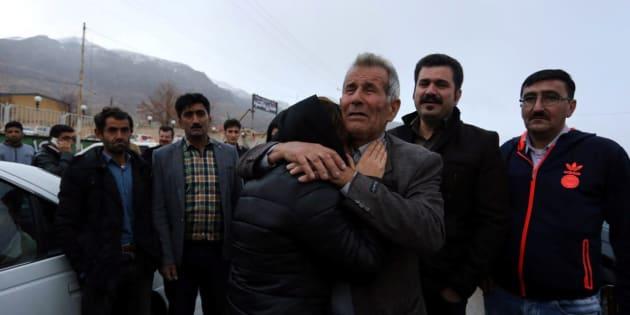 Des proches des présumées victimes de l'accident d'avion se sont rassemblés à Semirom, en Iran, dimanche.