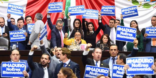 Diputados del PAN mostraron pancartas en contra de la asistencia del preisdente de Venezuela, Nicolás Maduro a la toma de protesta de Andrés Manuel López Obrador como presidente de México, el próximo 1 de diciembre.