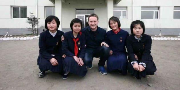 Michael Spavor (centre) lors d'un voyage en Corée du Nord en 2012.