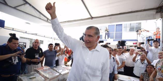 Adan Agusto López Hernández al momento de emitir su voto en la casilla 278 ubicado en el fraccionamiento Lagos Ilusiones.