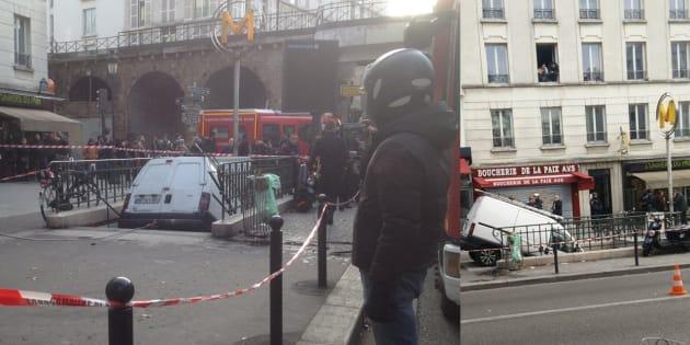 Une fourgonnette s'encastre dans une bouche de métro à Paris