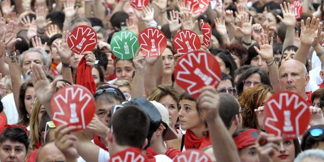 """""""No es no"""", se lee en los carteles que portan los manifestantes de la protesta convocada en Pamplona tras la violación múltiple a una joven en los sanfermines de 2016."""