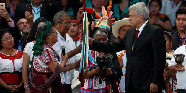 Andrés Manuel López Obrador recibe el Bastón de Mando de la defensora del agua Carmen Santiago