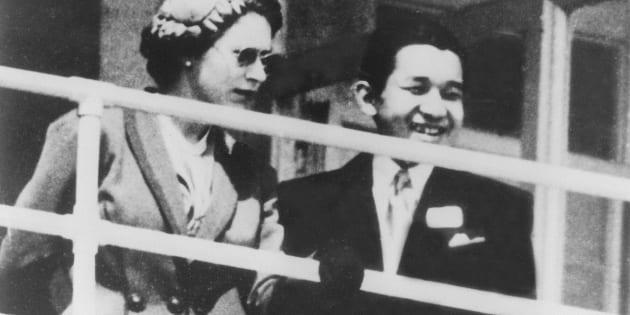 エリザベス女王(左)と競馬場でダービーを観戦する天皇陛下