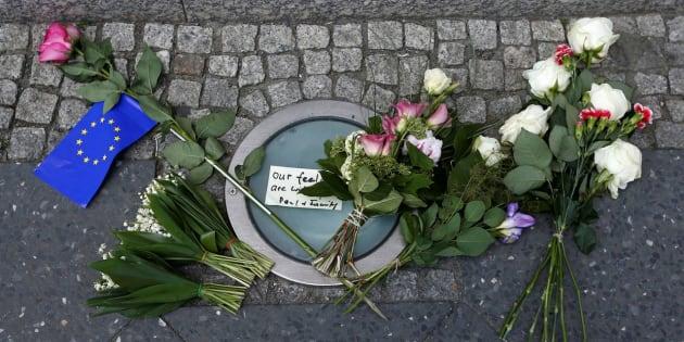 Ofrenda de flores ante la embajada de Reino Unido en Berlín (Alemania) tras el atentado en el Manchester Arena, el pasado 22 de mayo.