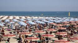 Lungo le spiagge di Rimini, i cartelli avvertono: