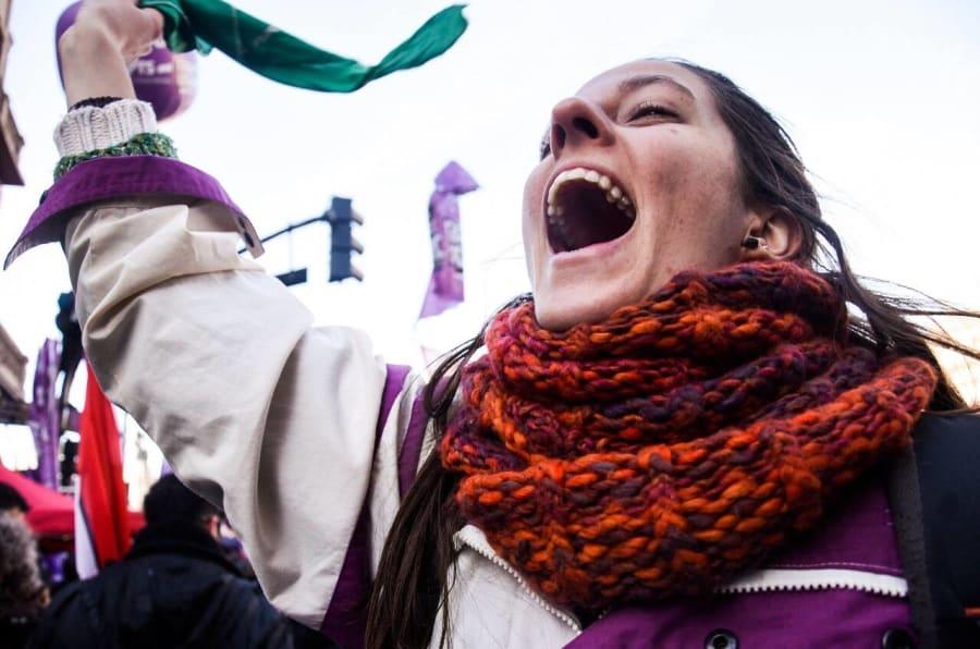 Ivana Vagenin, brasileira de 26 anos que estuda questões de gênero na Argentina, segura lenço na cor verde -- usada como símbolo da luta pela descriminalização do aborto na Argentina.