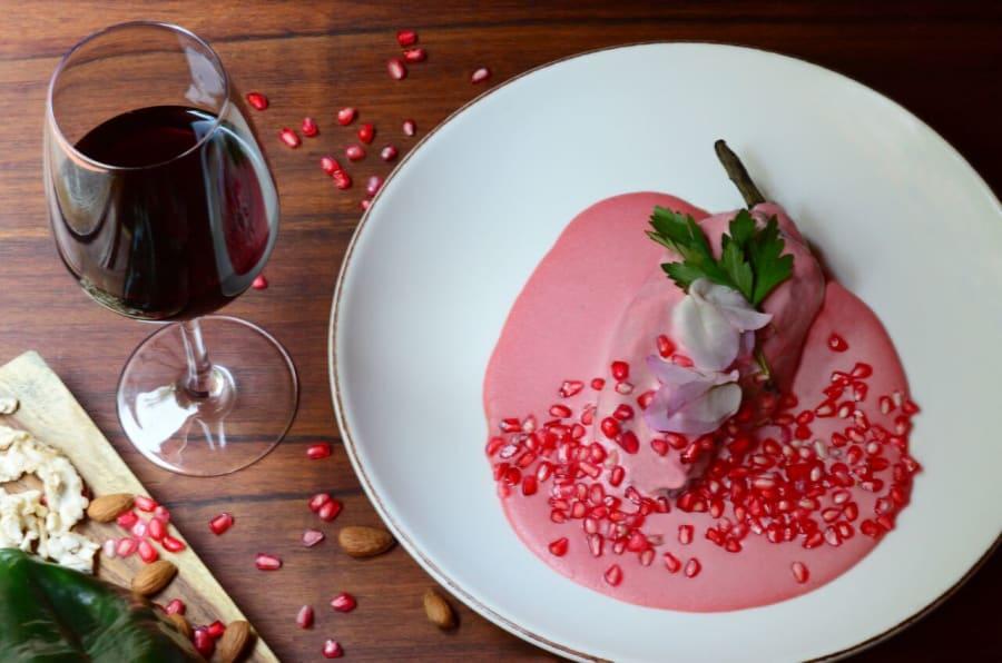 Chile en nogada rosado en Los Danzantes