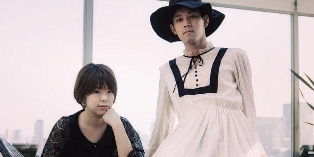 (左から)blurorangeのデザイナー・松村智世さん、ワンピースを試着した男性モデル。