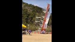 まさに間一髪。突風でロケットの巨大看板が倒れる(動画)