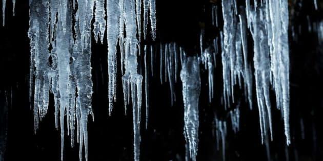 Carámbanos de hielo penden de una roca en la zona del valle de Roncal, en Navarra.