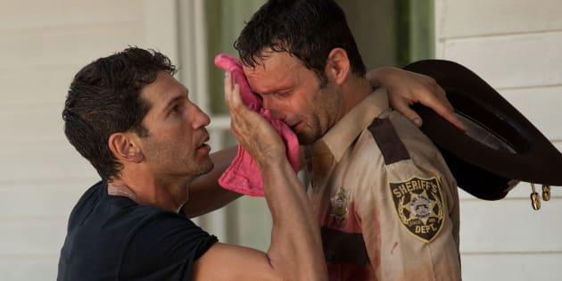 """Jon Bernthal et Andrew Lincoln sur le tournage de la saison 2 de la série """"The Walking Dead""""."""