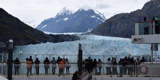 Cubierta del barco Norwegian Pearl (NCL) con los pasajeros viendo el Glaciar Margarita a unos metros en la Bahía de los Glaciares (Alaska).