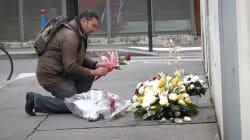 Lecteurs, policiers et artiste de rue... Les hommages émouvants devant l'ancien siège de Charlie