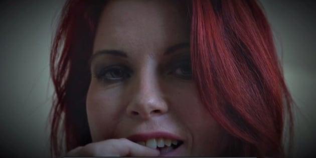 L'actrice Julie Valmont se dénude pour le site porno d'Anoushka.