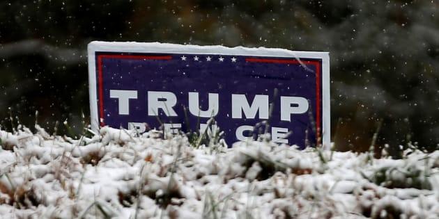 De la neige sur une pancarte d'un électeur pro-Trump, à Kinston aux États-Unis. REUTERS/Mike Segar