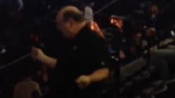 L'enthousiasme de ce fan dansant lors d'un concert de Janet Jackson est