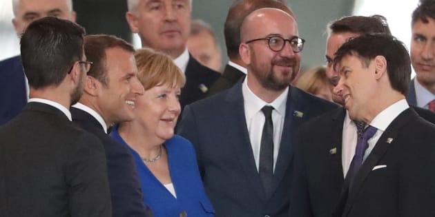 Emmanuel Macron, ici lors d'un sommet du G7, va devoir calmer les inquiétudes des dirigeants allemand (Angela Merkel) et italien (Giuseppe Conte) au sujet du déficit français.