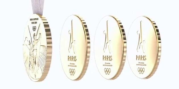 La médaille se scinde en 4 éléments aimantés, le trophée et trois souvenirs qui l'accompagnent.