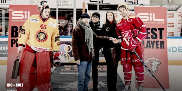 Gilbert (au centre avec l'écharpe) a remis les prix des meilleurs joueurs, lundi 2 janvier à la patinoire de Malley, à Lausanne, en Suisse.