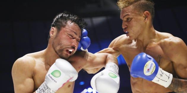 WBCフライ級タイトル戦の5回、ロサレス(右)のパンチを浴びる比嘉大吾=15日、横浜アリーナ