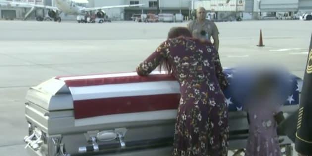 La viuda del sargento David Johnson llora sobre su ataúd.