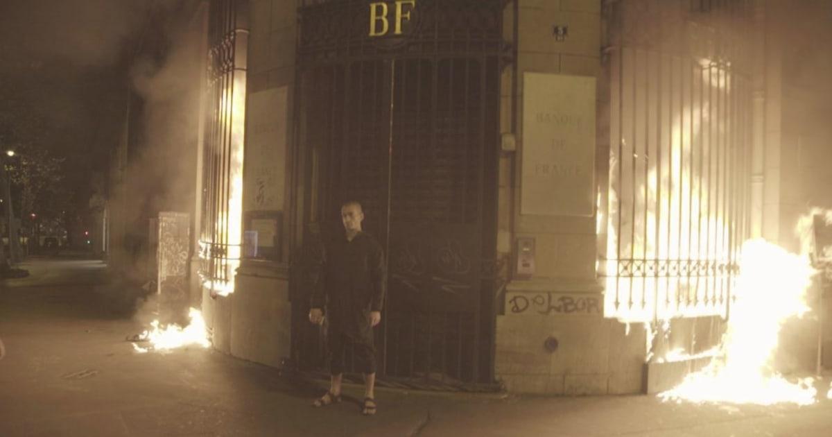 L'artiste russe Piotr Pavlenski a littéralement mis le feu à la Banque de France
