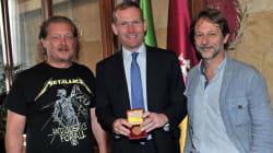 Lemmetti accoglie il rappresentante dell'UE con la t-shirt dei Metallica. I romani su Fb: