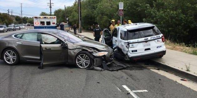 Une Tesla en mode autonome n'a rien trouvé de mieux à faire que de foncer dans une voiture de police