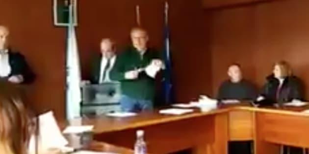 Fotograma del vídeo en el que el alcalde de Touro rompe las quejas de algunos vecinos.