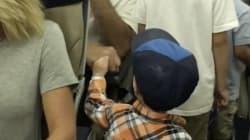 Ce petit garçon checke les passagers de son vol et il est