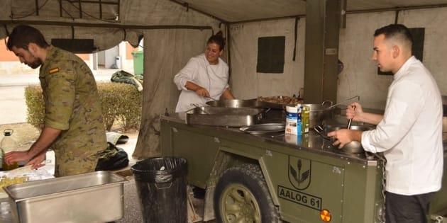 Imagen de los militares cocinando en el remolque.