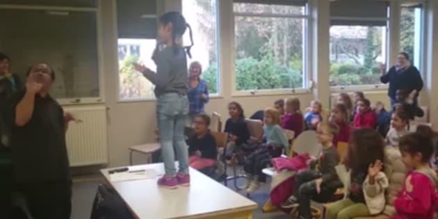 """Albert Tabaot, à gauche, enseigne la langue des signes à des enfants en troisième année de maternelle à Ostwald, dans le Bas-Rhin, en leur faisant découvrir le conte """"Le petit bonhomme de pain d'épice""""."""