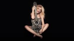 Kylie Minogue toute nue derrière sa guitare pour fêter ses 50
