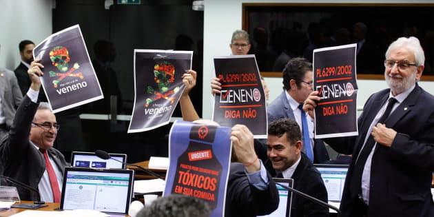 Apenas parlamentares, assessores da comissão e pessoas credenciadas puderam acompanhar a discussão que terminou antes das 18h.