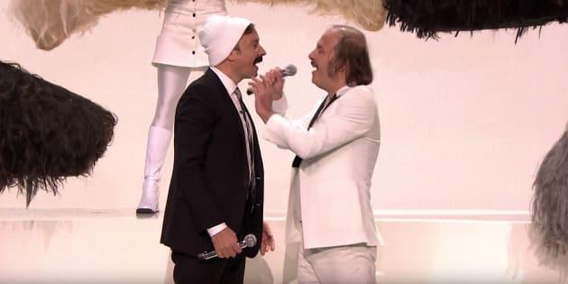 Jimmy Fallon n'a pas hésité à porter la moustache pour danser aux côtés de Philippe Katerine.