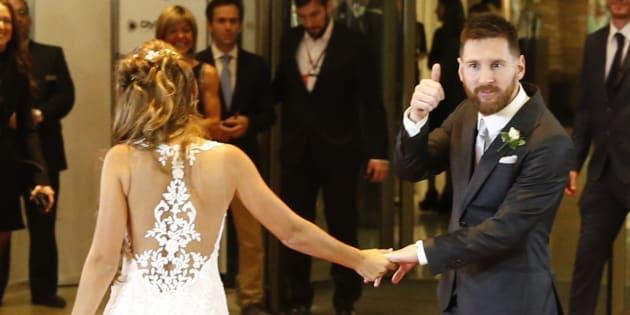 Messi y Rocuzzo posan ante los medios tras su boda en Rosario (Argentina).