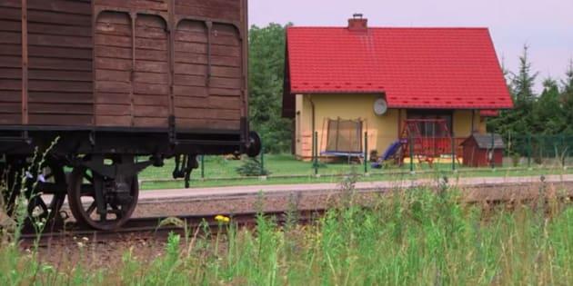 """L'urbanisme autour d'Auschwitz est tel qu'une maison jaune abritant une famille se retrouve face à la """"Judenramp"""", cette voie ferrée qui a acheminé plus de 500.000 juifs vers le camp. Ceux qui n'étaient pas aptes au travail, étaient envoyés directement dans la chambre à gaz."""