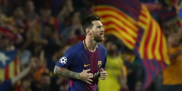 Lionel Messi celebra uno de sus goles de ayer ante la Juventus, rodeado de banderas catalanas.